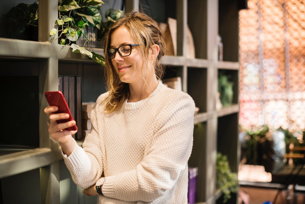 Mujer Feliz con Celular